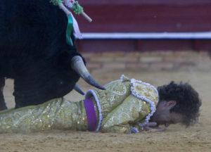 El segundo de tarde puso a José Tomás con la cara frente al albero. (Julián Pérez).