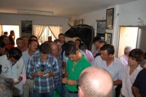 Los representantes de los diestros durante el sorteo.