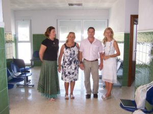 La delegada de Salud, María José Rico, junto al alcalde de Puerto Moral,  Ezequiel Ruiz, durante la visita a las nuevas instalaciones del consultorio del municipio.
