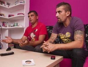 Dos hermanos del preso en coma, Juan Antonio (i) y Ángel, en su domicilio. (Julián Pérez)