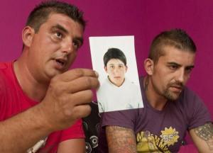 Familiares del preso en coma muestran una foto de José María López antes de ingresar en la cárcel con 18 años. (Julián Pérez)