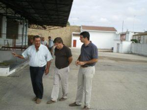 El delegado de Agricultura y Pesca, Cristóbal Romero, visita las  instalaciones de la cooperativa Nuestra Señora del Socorro de Rociana  del Condado junto al alcalde de la localidad, Amaro Huelva, y el  presidente de la entidad, Cándido Villarán.