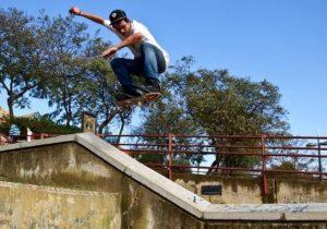 Un joven realiza skate en el Barrio Obrero.