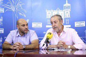 Francisco Rodríguez Donaire (derecha de la imagen) en una rueda de prensa cuando era concejal en Valverde.