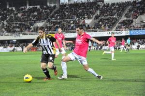 Álvaro Antón, nuevo jugador del Recreativo, presionado por el canterano Bonaque.