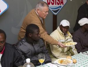 Patrocinio Mora atiende a los inmigrantes durante una cena. (Julián Pérez)
