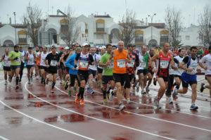 Salida de la Media Maraton de Ayamonte desde el estadio Blas Infante.