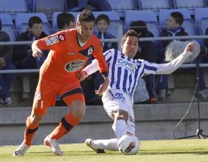 Ale Zambrano presiona a Riki en el partido Recre-Deportivo. (J. Pérez)