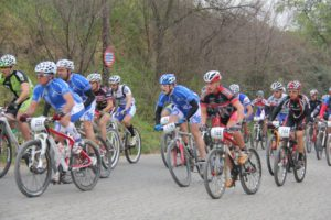 Corredores practicando cicloturismo.