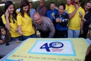 Manuel Morales, presidente del PAN, cortando la tarta del 40 aniversario.