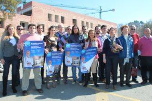 Dirigentes del PP ante las obras paralizadas del Chare de la Sierra.