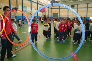 Jóvenes practicando actividades multideportivas.
