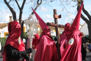Cruz de Guía de la Hermandad de la Fe a su paso por Federico Molina. (Celia HK)