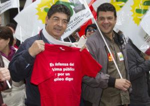 Diego Valderas junto a su hijo Javier en una manifestación. (Julián Pérez)