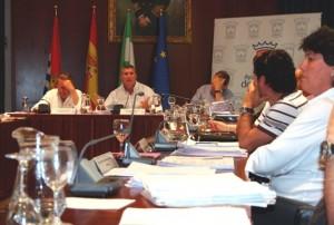 El alcalde interviene en el pleno de mayo en Cartaya.
