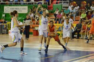 Ana Alonso presionando a una jugadora de Cáceres.