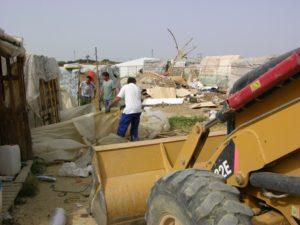 Imagen de archivo de un desalojo realizado en un asentamiento en Moguer.