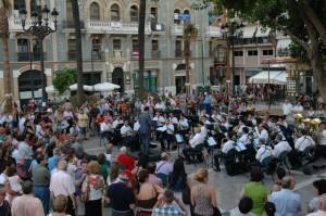 La Banda Sinfónica de Música en la plaza de las Monjas.