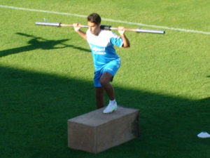Álvaro Vega ejercitando pesas.
