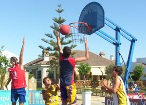Baloncesto tres por tres en la calle.
