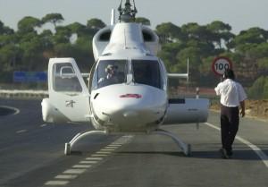 Un helicóptero del 061 durante una actuación en carretera. (Julián Pérez)