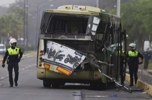 El autobús siniestrado, cuya parte trasera quedó como muestra la imagen. (Julián Pérez)