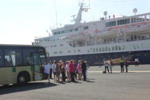 Los turistas de un crucero cogen un autobús para dirigirse a distintos puntos de la provincia y la capital.