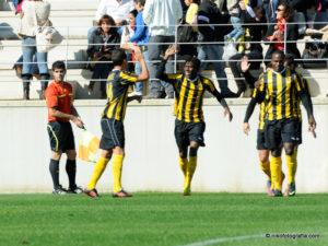 Futbolistas del San Roque de Lepe celebrando un gol.