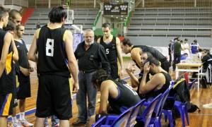 Walls, técnico del Enrique Benítez, con sus jugadores en un tiempo muerto.