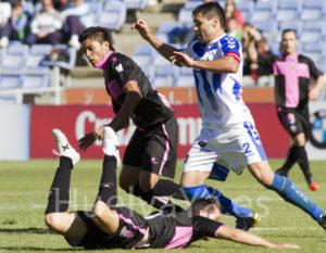 Córcoles intentando marcharse de un jugador del Sabadell (J. Pérez)