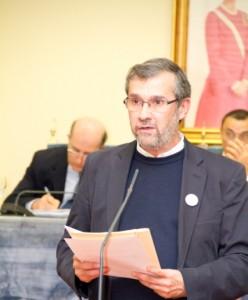 Rafael Terán, presidente de la Asociación de la Prensa de Huelva, en una intervención en el pleno de la Diputación.