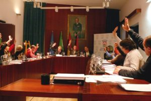 Votación en el pleno de Cartaya, donde el PSOE ha ganado pero precisará de pactos y todo está en el aire.