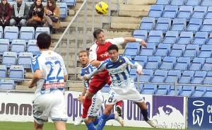 Zamora, que se tuvo que retirar lesionado, despejando un balón. (Espínola)
