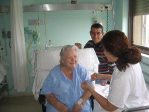 Persona mayor en el hospital Infanta Elena.