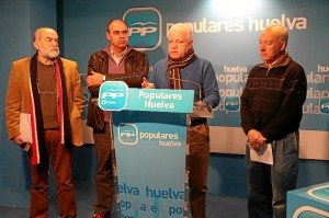 Imagen de archivo en la que aparece el alcalde (independiente) y miembros del grupo del PP en Alosno.
