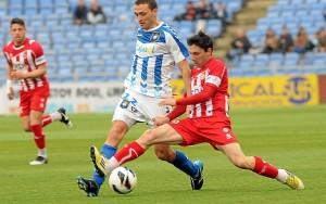 Matamala presionado por un jugador del Girona. (Espínola)