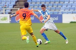 Ruyman despejando un balón ante Luis Alberto. (Espínola)