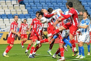 Jugadores del Recreativo y Girona luchando por un balón. (Espínola)