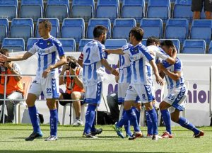 Jugadores del Recreativo felicitando por su gol a Chuli. (J. Pérez)
