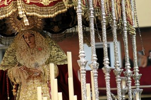 La Virgen del Rosario, tras salir de la parroquia del Polvorín. (Celia HK)