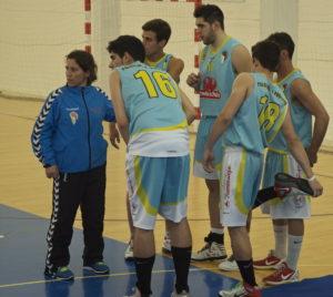 Jugadores del Cb Palos con su entrenadora, Celes Vizcaíno.