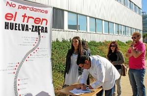 Recogida de firmas de Juventudes Socialistas en favor de la línea Huelva-Zafra.