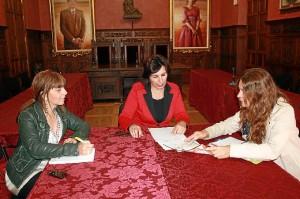 Reunión en Ayamonte entre el Ayuntamiento y la Asociación de la Lucha contra el Cáncer.