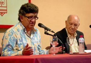 Bernardo Romero junto al periodista Vicente Quiroga, presentador del acto. (Julián Pérez)