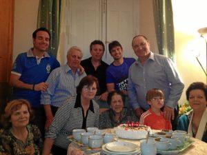 Los familiares celebran con Isabel su 100 cumpleaños.