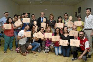 Los participantes en el curso con los diplomas que acaban de recibir.