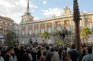 Una multitud rodea a la Hermandad de Emigrantes a su llegada a Huelva. (Celia HK)