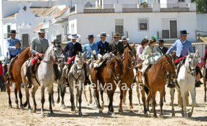La jornada del domingo es en la que más afluencia de personas hay en El Rocío. (Julián Pérez)