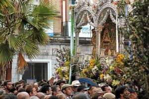 Romeros acompañan al Simpecado de Huelva tras su regreso de la aldea. (Celia HK)