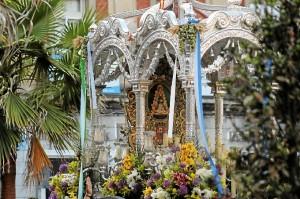 El Simpecado de la Hermandad de Huelva, a la puerta del Ayuntamiento. (Celia HK)